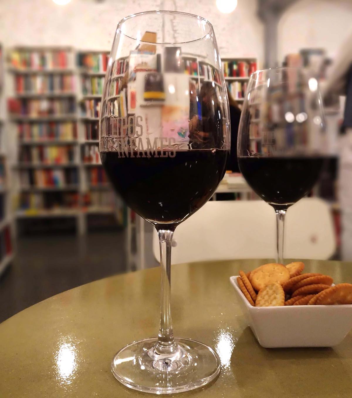 Tipos Infames libros y vinos