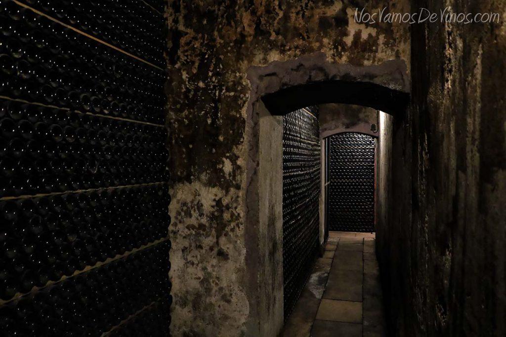 Cementerio de botellas de la bodega Pirineos.