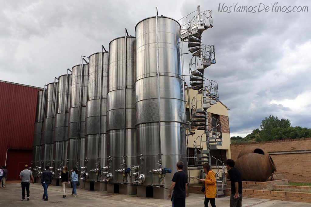 Cubas de fermentación exteriores en Bodega Pirineos
