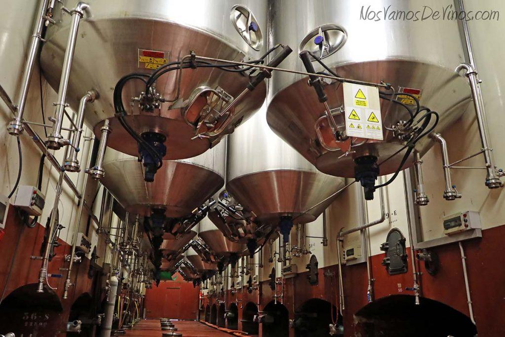 Cubas de fermentación en la bodega Pirineos.