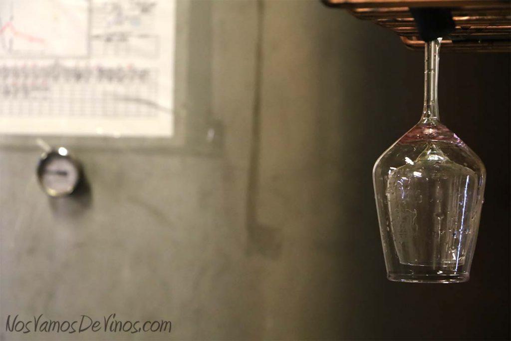 Vinos LOF. Copa de vino y cuba de acero inoxidable.