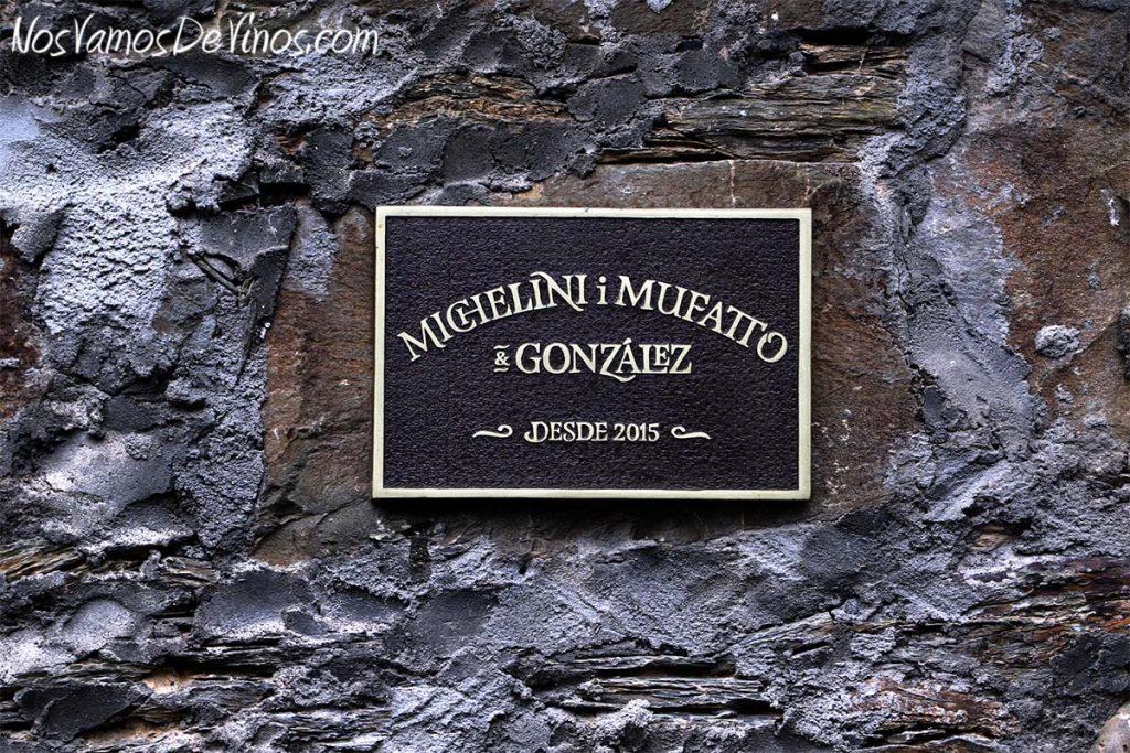 Cartel en la fachada de la bodega Michelini i Mufatto & González, en Toral de Merayo