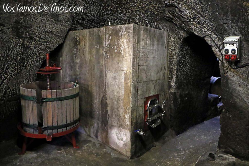 Almaroja, la bodega de Charlotte Allen en Arribes. Depósito de hormigón y prensa en la Cueva en Fermoselle, Zamora
