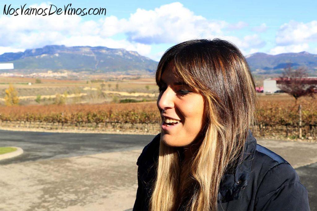Bodegas Santalba. Laura Ijalba junto al viñedo Viña Hermosa