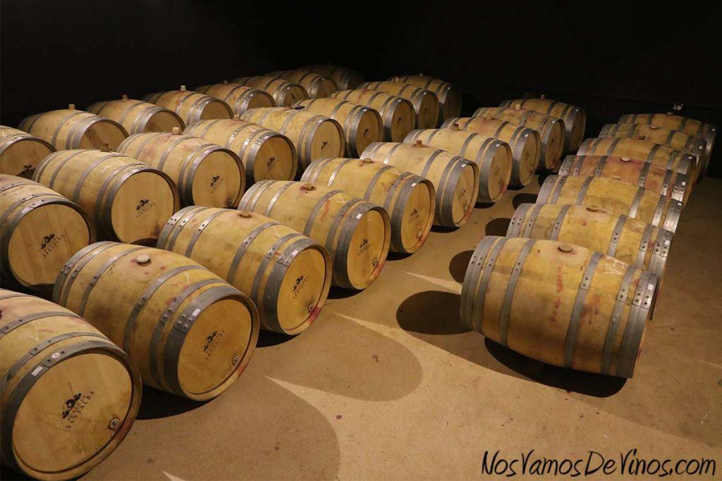 Bodegas Santalba. Sala de barricas con fermentaciones malolácticas