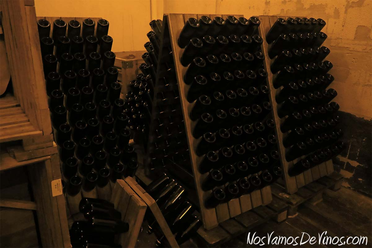 Bodegas Santalba. Pupitres con botellas de espumoso