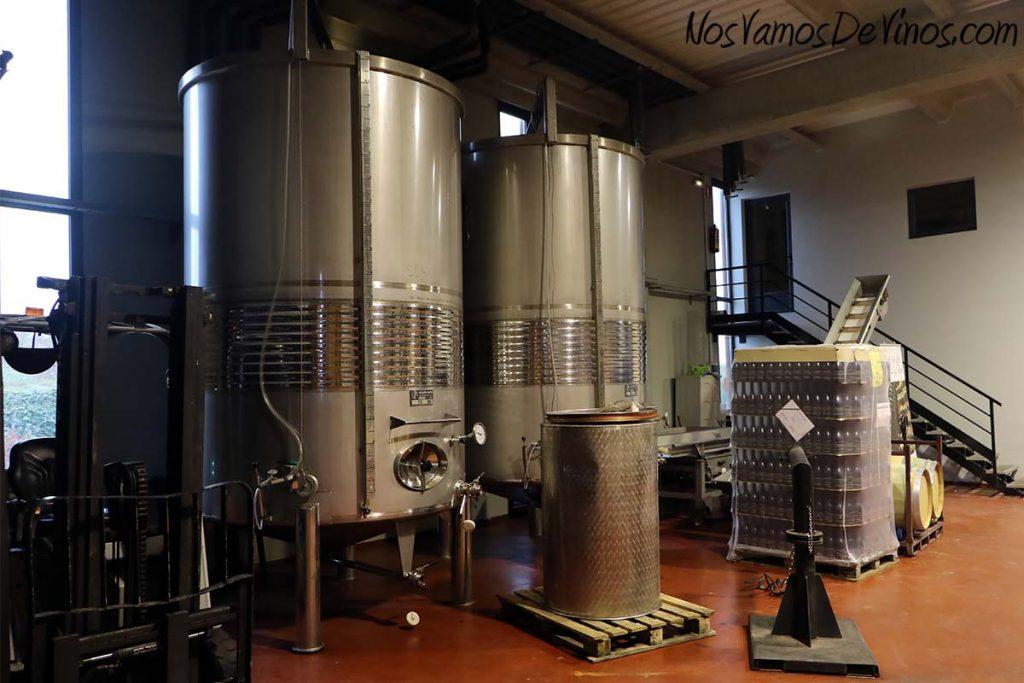 El Grillo y la Luna. Cubas de acero inoxidable en la sala de fermentación