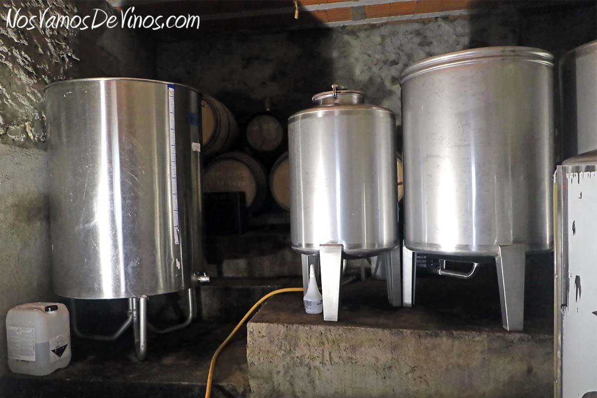 Menina d'Uva. El proyecto vitivinícola de Aline Domingues. Depósitos de acero inoxidable en la bodega Menina d'Uva, en Uva (Portugal).