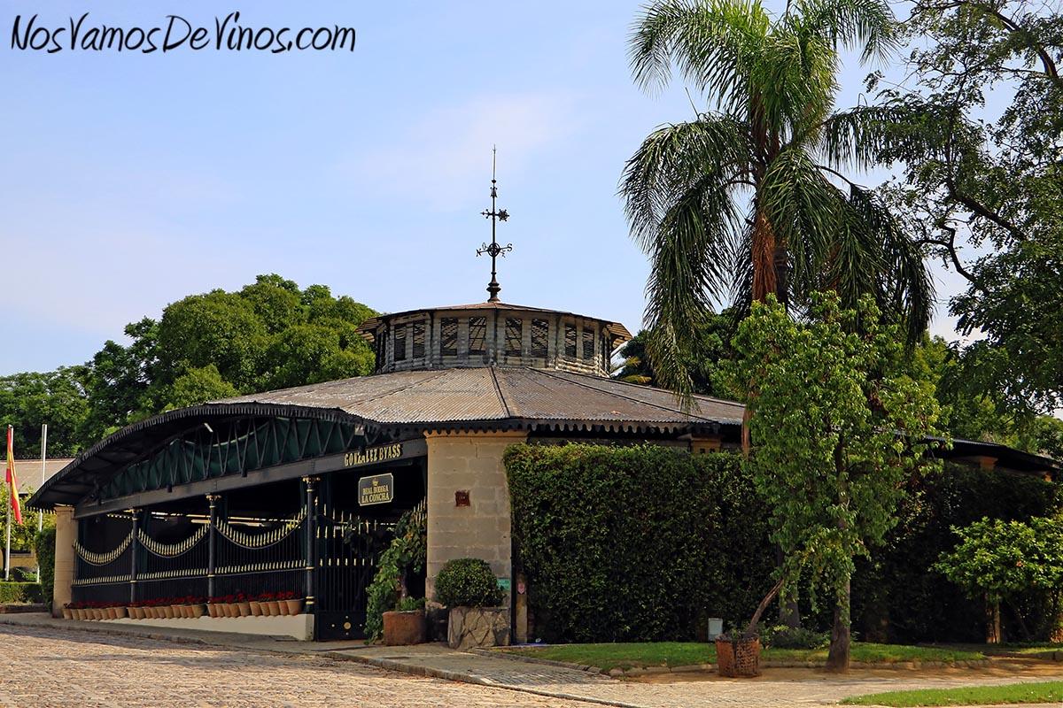 La Concha es una construcción modernista de 1872 erigida para conmemorar el décimo aniversario de la visita de Isabel II a las instalaciones.