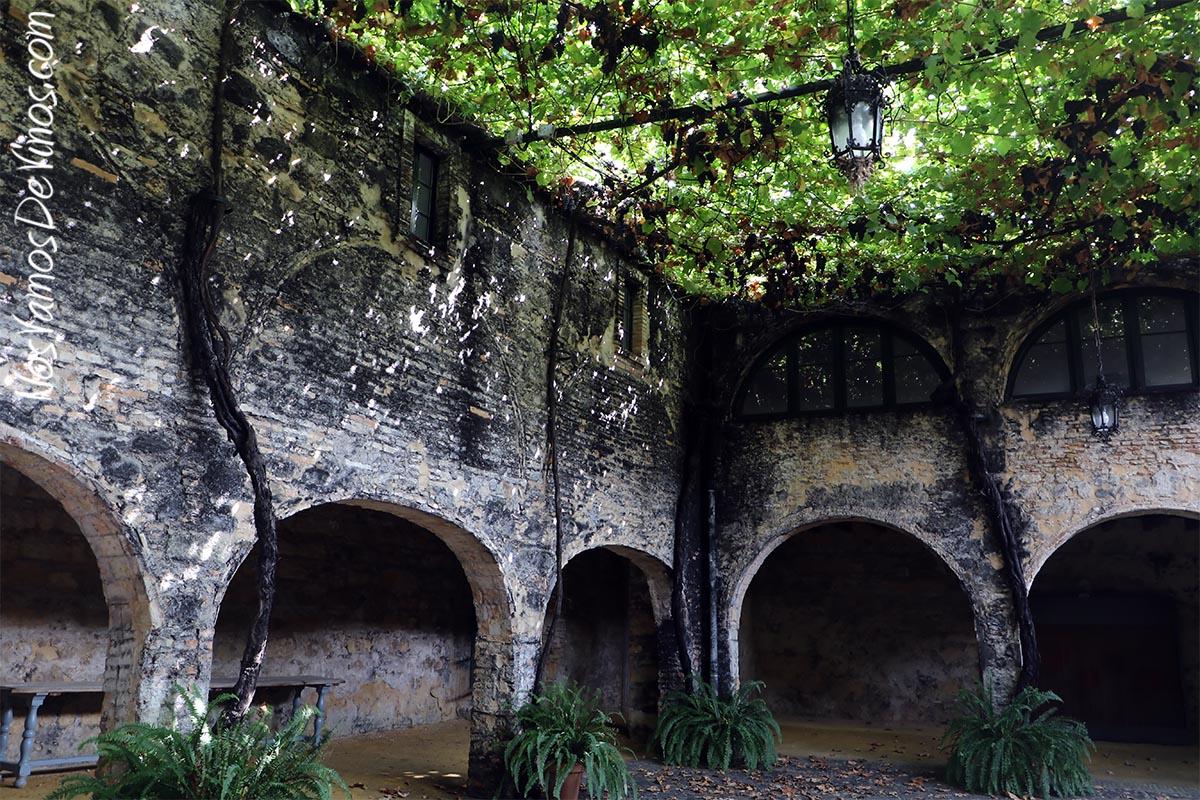 El Patio de Lepanto, cubierto por parras centenarias, era en realidad una caballeriza cuyo aljibe permitía abrevar los caballos. Hoy es uno de los lugares con mayor encanto del complejo jerezano de González Byass.