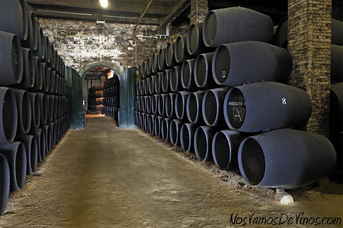 Solera del brandi Lepanto en la bodega homónima. El suelo de albariza permite bajar la temperatura de la estancia de forma natural en los días más cálidos.