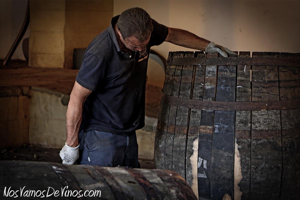 Las botas viejas son uno de los activos de las bodegas de Jerez. González Byass dispone de su propio taller, donde los artesanos toneleros reparan las botas que presentan alguna fuga.