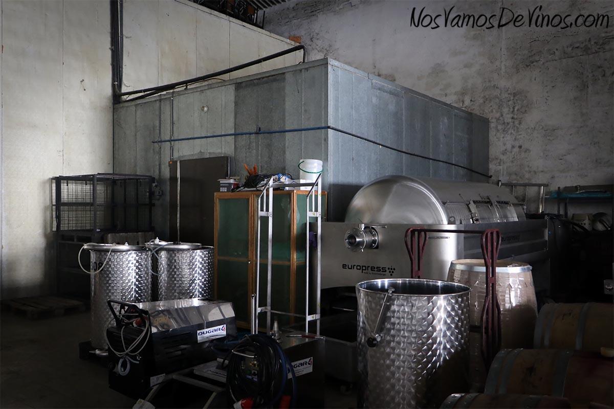 En la nave grande de la bodega se encuentra la zona de trabajo y almacenaje. Hay una cámara en la que se baja moderadamente la temperatura a la uva, junto a la cual descansa la prensa neumática que se emplea para el Godello.