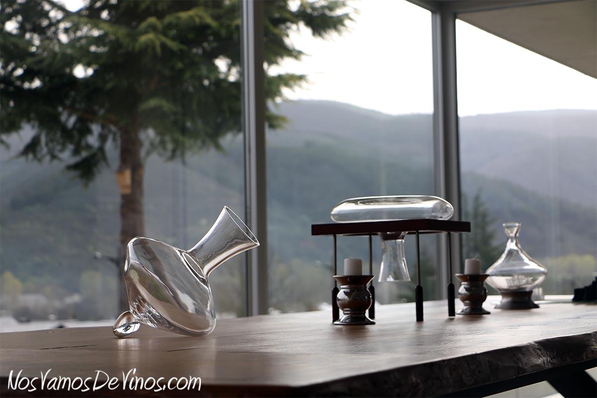 Encima Wines. zona social. Mesa de castaño, decantadores y paisaje