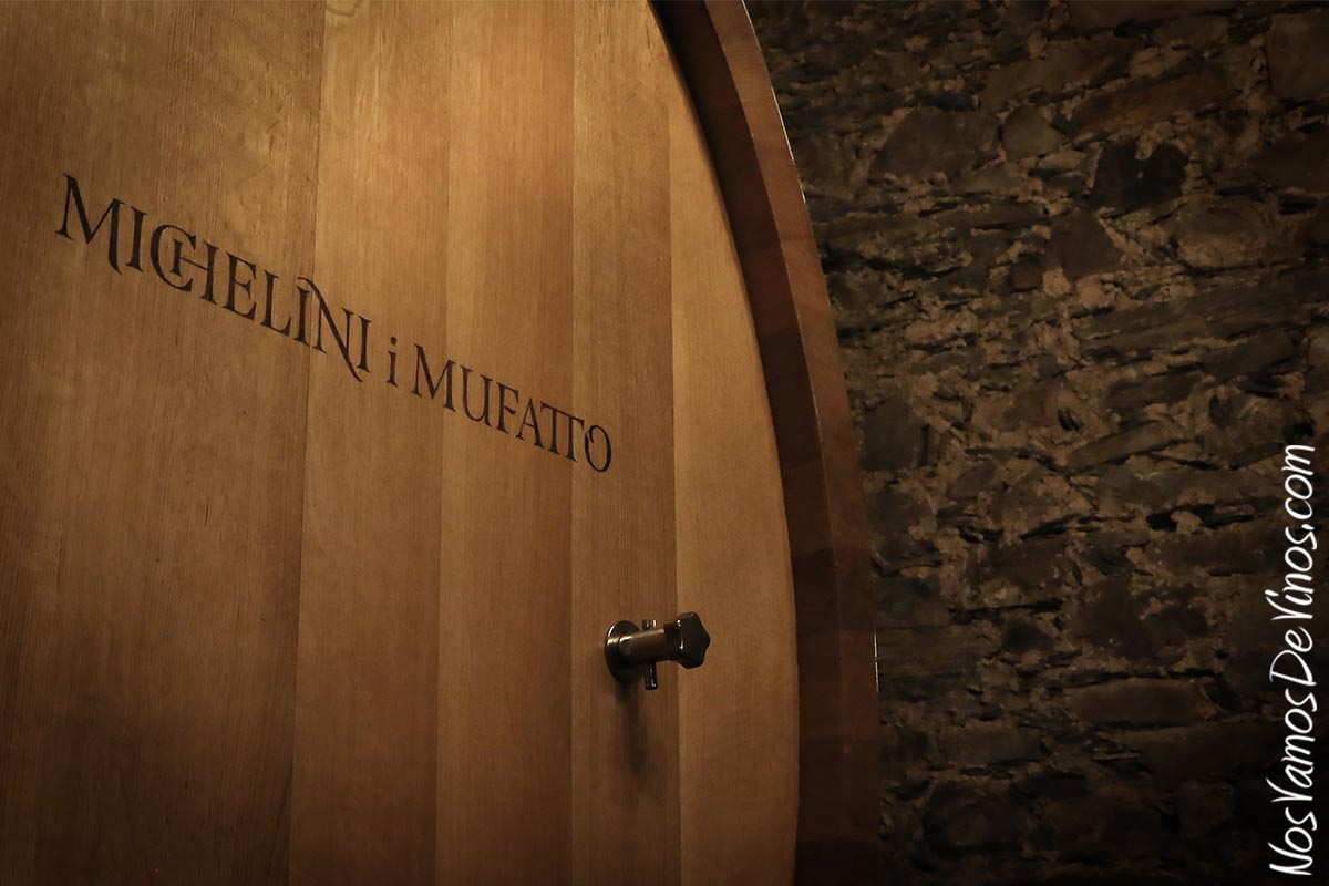 Foudre de 1.500 litros con vino A Merced San Lorenzo 2020 en la bodega Michelini i Mufatto & González